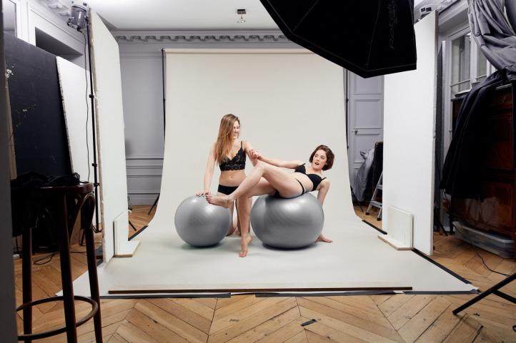 deux femmes portant leurs culottes menstruelles