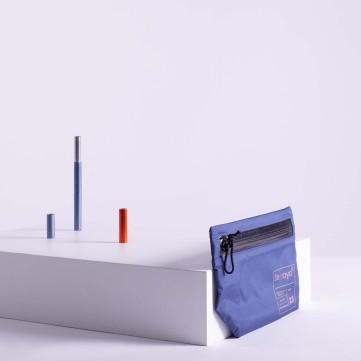 NYLON TRAVEL CASE/ COULEUR : BLEU Samaya® casse les codes en proposant une pochette de voyage rose, entièrement réalisée à partir du tissu innovant de sa gamme Alpine. PRIX : 35 €