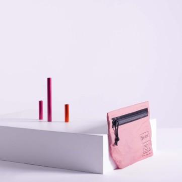 NYLON TRAVEL CASE/ COULEUR : ROSE Samaya® casse les codes en proposant une pochette de voyage rose, entièrement réalisée à partir du tissu innovant de sa gamme Alpine. PRIX : 35 €